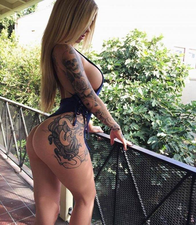 12 девушек, чьи татуировки замечаешь в последнюю очередь