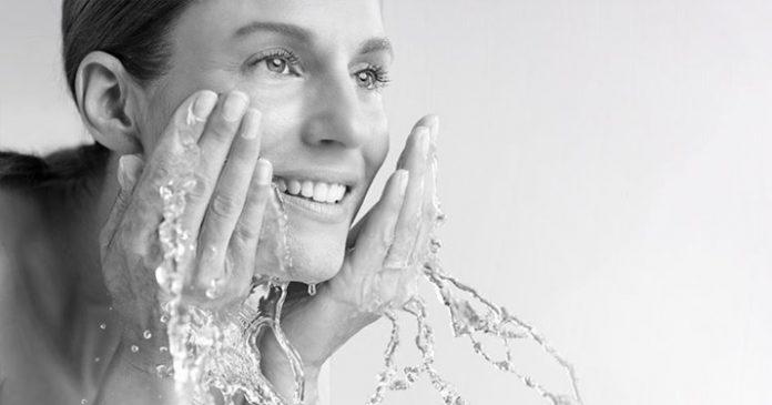 Вот, как нужно умываться, чтобы попрощаться с обвисшей кожей лица и морщинами