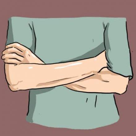Скрещенные руки: То, как вы скрещиваете руки расскажет о вашем характере