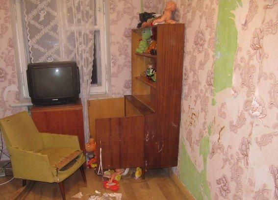 9 дней без еды: горе-мать заперла детей в квартире и ушла к любовнику
