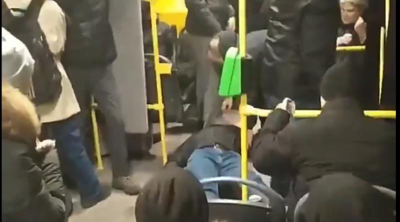 В Харькове парня убили в общественном транспорте на глазах у людей — ВИДЕО