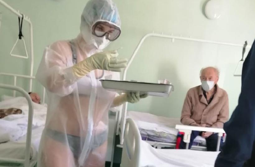 В России медсестра надела прозрачный защитный костюм на бикини и была наказана