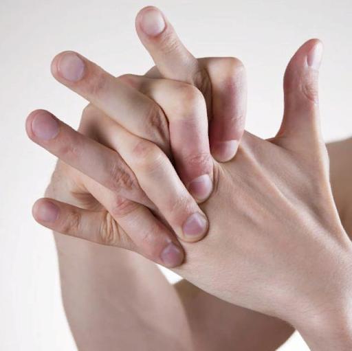 Привычка хрустеть пальцами на самом деле приводит к неожиданным последствиям