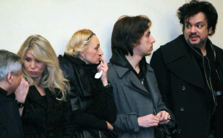 Сегодня час назад yмерла примадонна Пугачева: люди уже толпами массово несут цветы… ВИДЕО