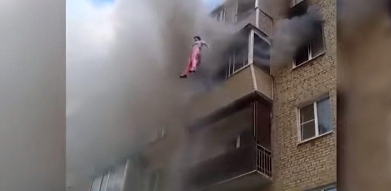 Услышав крик женщины, он включил камеру. В нескольких метрах над землей он увидел маленькое тело…