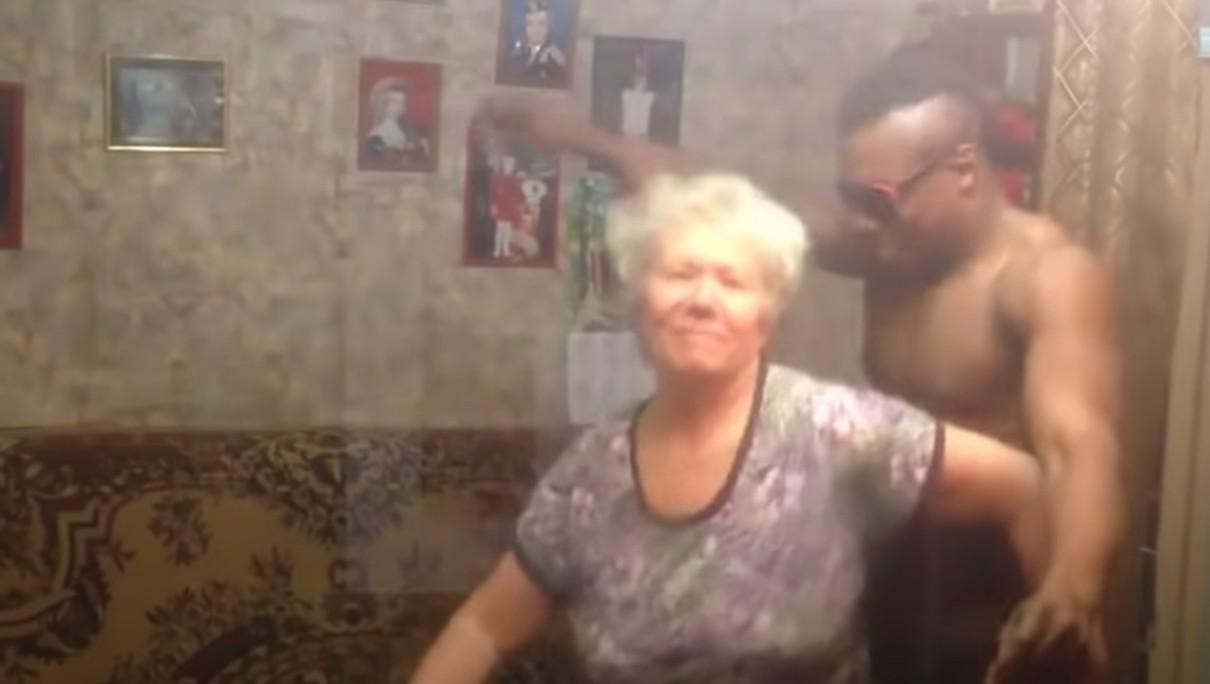Когда внучка заглянула в комнату бабушки, то чуть заикой не стала от увиденного…