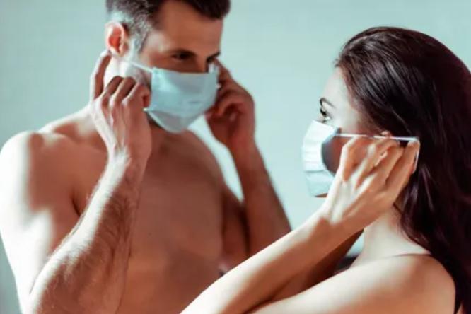 Карантинная любовь: пять позиций для безопасного скса в маске